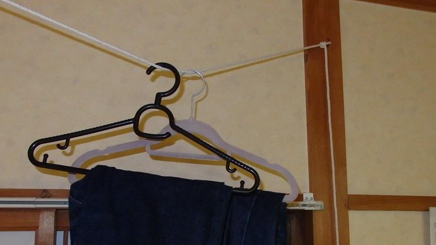部屋に物干しロープを取り付けた。一気に貧乏くさくなった。