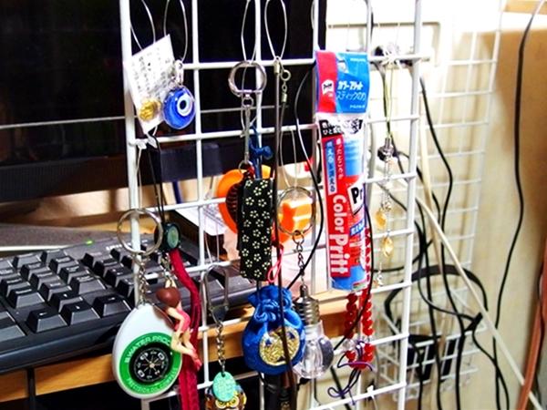 結束バンドとワイヤーネットを使用して小物類をスッキリサッパリ収納させる