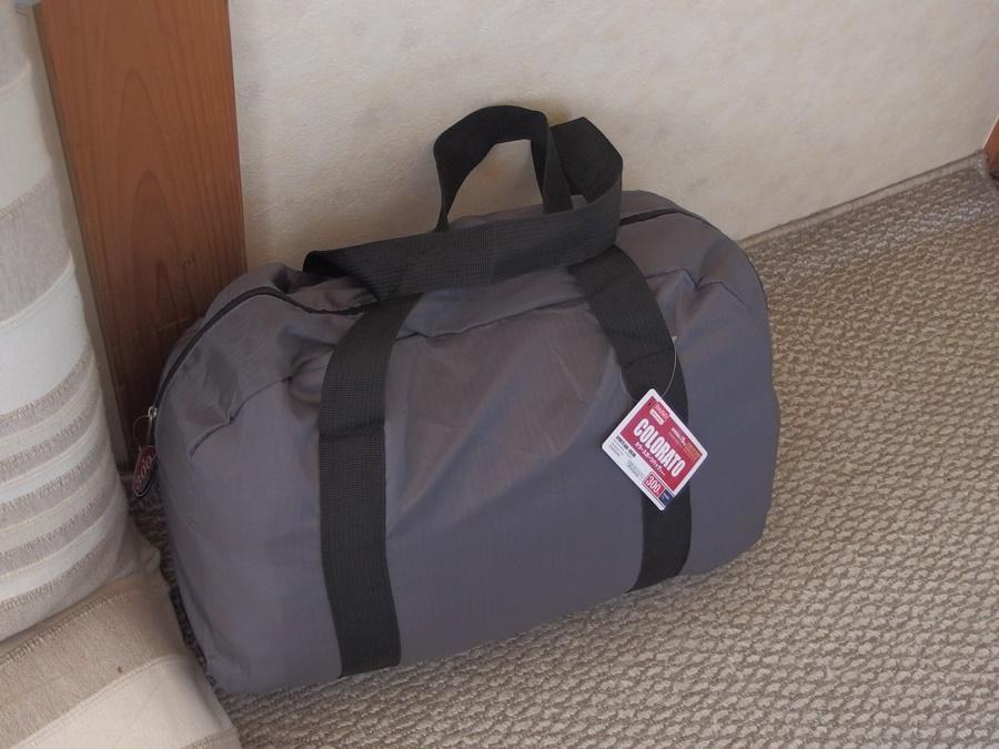 ダイソーのカラースポーツバッグが便利過ぎる!スタッフバッグ代わりに使えそう。