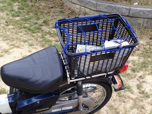 ダイソーで買った「買い物カゴ」をスーパーカブの荷物入れに活用してみる