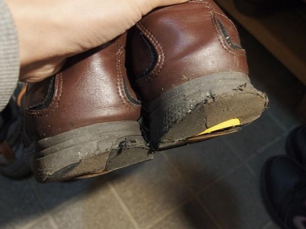 削れた靴底1