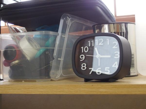 スイープ機能が付いてカチカチ音がしなくなったダイソーの300円目覚まし時計