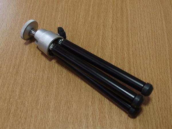 ダイソー的カメラミニ三脚。二段階調節可能なんだけど..これどうなの?ってヤツです。
