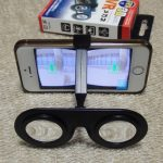 段ボールじゃない100円VRメガネ。そのまま取り付けるだけなんでこっちのが使い勝手は良いと思いました。